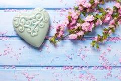 Fleurs roses de Sakura et coeur décoratif de turquoise sur W bleu Images libres de droits