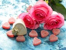 Fleurs roses des roses et des coeurs de sucrerie pour des valentines Photographie stock