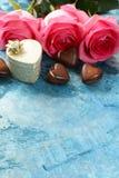 Fleurs roses des roses et des coeurs de sucrerie pour des valentines Photo libre de droits