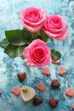 Fleurs roses des roses et des coeurs de sucrerie pour des valentines Image stock