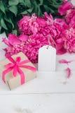 Fleurs roses et Empty tag de pivoines sur le fond en bois âgé Vue supérieure avec l'espace de copie Jour de mères ou jour des fem Photo stock
