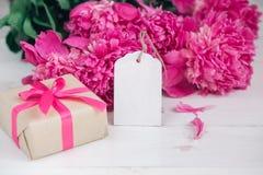 Fleurs roses et Empty tag de pivoines sur le fond en bois âgé Vue supérieure avec l'espace de copie Jour de mères ou jour des fem Photo libre de droits