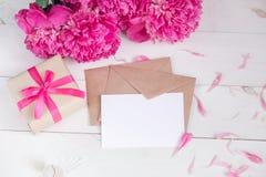 Fleurs roses et Empty tag de pivoines sur le fond en bois âgé Vue supérieure avec l'espace de copie Jour de mères ou jour des fem Photos stock
