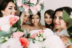 Fleurs roses et visage de la jeune mariée au milieu Photo libre de droits