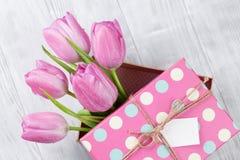 Fleurs roses fraîches de tulipe dans le boîte-cadeau Photos libres de droits