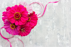 Fleurs roses sur le fond chic minable de blanc gris Image libre de droits