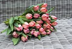 Fleurs roses sur le fond rqattan Photographie stock