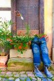 Fleurs roses sur le pot de fleurs de DIY à l'aide de la blue-jean Photographie stock libre de droits