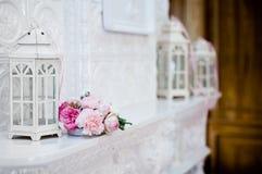 Fleurs roses sur une tuile blanche Le foyer central est du côté Image stock