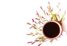 Fleurs roses, tasse de café Vue supérieure Images libres de droits