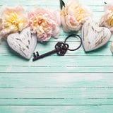 Fleurs roses tendres de pivoines, deux coeurs décoratifs et vintage Photos libres de droits
