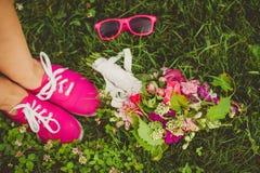 Fleurs roses, verres roses, chaussures roses Photos libres de droits