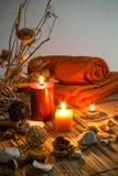 Fleurs sèches, bougies - orange image stock