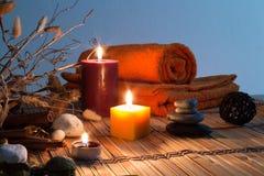 Fleurs sèches, bougies - orange photographie stock libre de droits