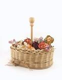 Fleurs sèches dans le panier Photo stock