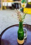 Fleurs sèches dans une vieille bouteille à bière sur la table, comme matériaux u images libres de droits