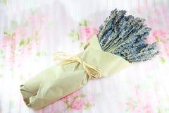 Fleurs sèches de lavande attachées avec le raphia. Images stock