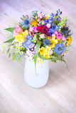 Fleurs sauvages dans un vase Photo libre de droits