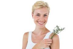 Fleurs sentantes de femme blonde magnifique image libre de droits