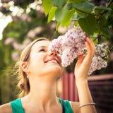 Fleurs sentantes de jasmin de belle jeune femme images stock