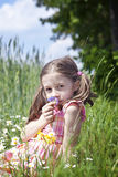 Fleurs sentantes de jeune fille Image libre de droits