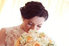 Fleurs sentantes de mariée Photographie stock libre de droits