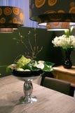 Fleurs sur des tables photos stock