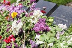 Fleurs sur des tombes au mémorial de guerre de Chisinau Images stock