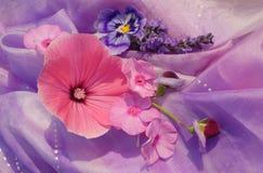 Fleurs sur la soie Image libre de droits