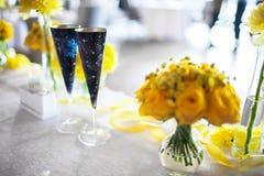 Fleurs sur la table photographie stock libre de droits