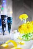 Fleurs sur la table photo stock
