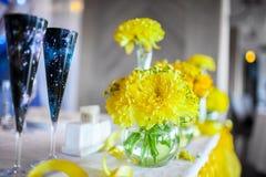 Fleurs sur la table photographie stock