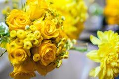 Fleurs sur la table photo libre de droits