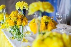 Fleurs sur la table photos libres de droits