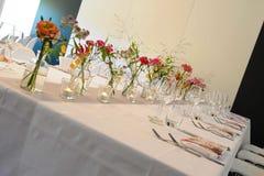Fleurs sur la table Image libre de droits