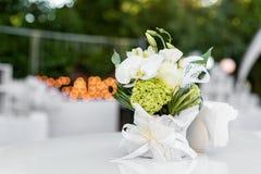 Fleurs sur la table dans le restaurant extérieur Intérieur d'une terrasse d'été de café Arrangement de Tableau pour la réception  Images libres de droits