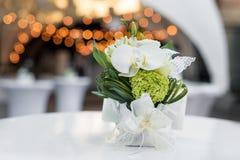 Fleurs sur la table dans le restaurant extérieur Intérieur d'une terrasse d'été de café Arrangement de Tableau pour la réception  Image libre de droits