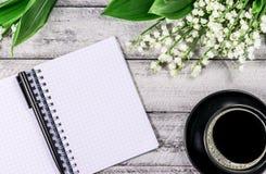 Fleurs sur la table en bois Copiez l'espace espace de travail avec la tasse de carnet et de café Image stock