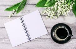 Fleurs sur la table en bois Copiez l'espace espace de travail avec la tasse de carnet et de café Images stock