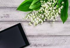 Fleurs sur la table en bois Copiez l'espace espace de travail avec la tasse de carnet et de café Photos libres de droits