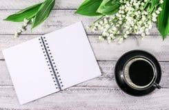 Fleurs sur la table en bois Copiez l'espace espace de travail avec la tasse de carnet et de café Photo libre de droits