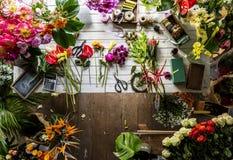 Fleurs sur la table pour la disposition Images stock