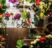 Fleurs sur la table pour la disposition Photos libres de droits