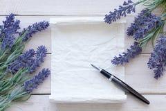 Fleurs sur le bois de vintage avec le blanc Photographie stock libre de droits