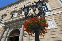 Fleurs sur le courrier de lampe - Barcelone Espagne Photos libres de droits