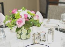 Fleurs sur le dessus de table photographie stock libre de droits