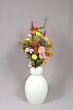 Fleurs sur le fond gris Image libre de droits