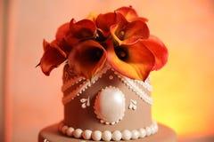 Fleurs sur le gâteau de mariage Photographie stock libre de droits