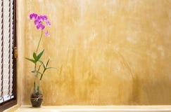Fleurs sur le mur de salle de bains, style abstrait Photos stock