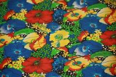 Fleurs sur le textile Image stock